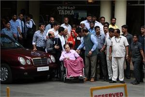 दिलीप कुमार को हॉस्पिटल से मिली छुट्टी