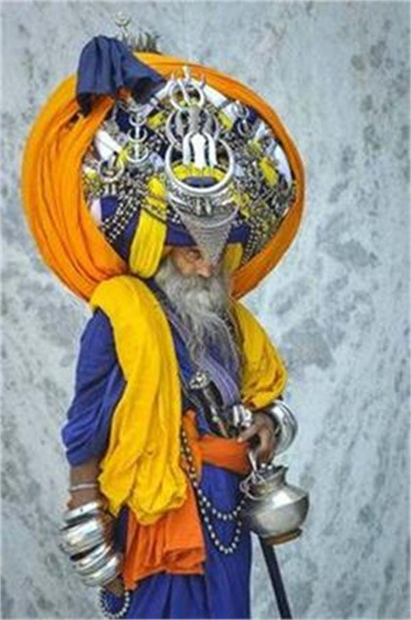 baba avtar singh shows us what it s like to wrap a 200 pound turban