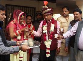 नोटबंदी के कारण 14 चाय और 14 समोसे में ही निपट गई ये अनोखी शादी, तस्वीरें