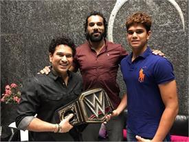 सचिन और अर्जुन तेंदुलकर से मिलने पहुंचे WWE चैंपियन जिंदर महल