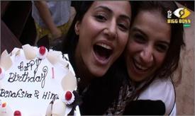 Bigg Boss 11: हिना और बेनफशा ने केक काट कर घरवालों के साथ मनाया अपना बर्थडे