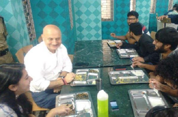 anupam kher visited ftii  eat with students
