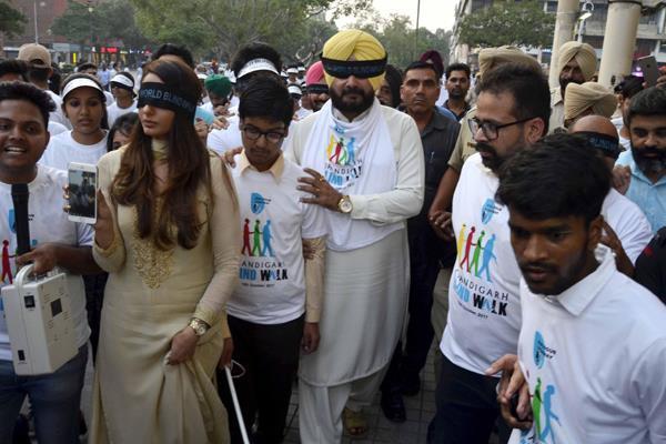 navjot sidhu took part in blind walk with blind kids