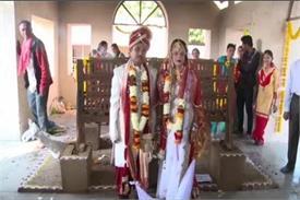 OMG! मंदिर में नहीं बल्कि श्मशान में की इस जोड़े ने शादी, देखें हैरान करने वाली तस्वीरें