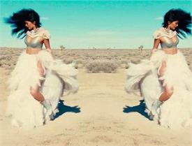 रेगिस्तान में फर वाली बिकिनी पहन कैमरे के सामने दिए हॉट पोज, तस्वीरें बढ़ा रही है तापमान