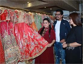 SEE PICS: शादी की शापिंग में बिजी भारती सिंह, मंगेतर के साथ पहुंची ड्रैस खरीदने