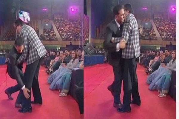 akshay kumar touches his amitabh bachchan feets