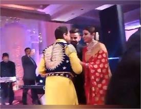 रिसेप्शन पार्टी में इस पंजाबी सिंगर के साथ अनुष्का-विराट ने किया डांस