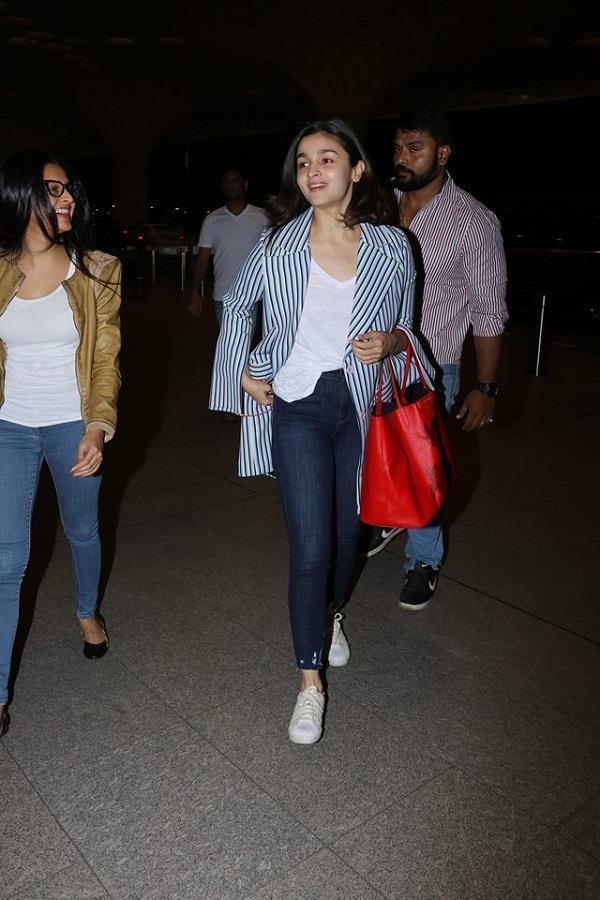 alia bhatt and priyanka chopra at airport