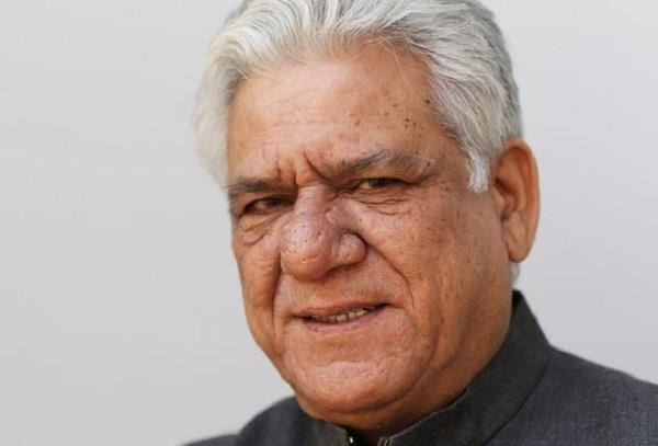 actor om puri son immerse ashes in sea