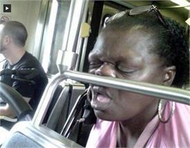 लोगों ने कैसी-कैसी जगह पर नींद की झपकी, तस्वीरें कर देंगी हंसने पर मजबूर