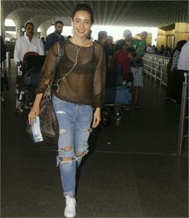 एयरपोर्ट पर ट्रांसपेरेंट ड्रैस में छलका बॉलीवुड एक्ट्रैस का हुस्न, इनरवियर ...!!