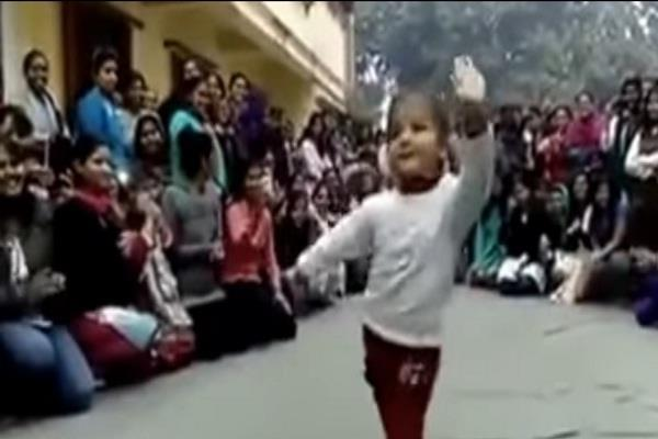 cute little girl dance on manwa lage