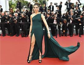 Cannes:  दूसरे दिन भी दीपिका के हुस्न का कहर बरकरार