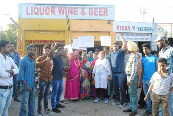 women got angry at the liquor shop open in colony