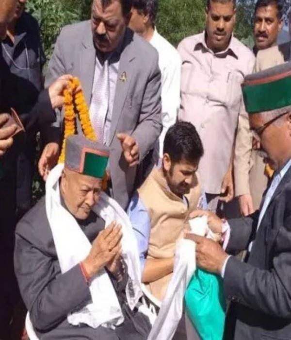 know how many years old himachal cm virbhadra