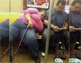 इन इंसानों को नींद ने किया इतना मजबूर कि जहां मिली जगह वहीं ले लेते है झपकी