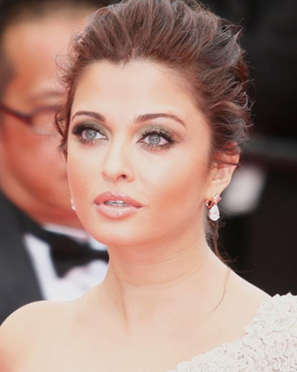 b town celebs with naturally coloured eyes
