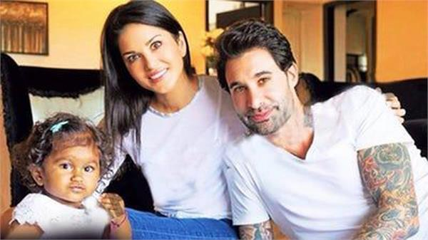 mother sunny leone  came out with daughter  this cute photo
