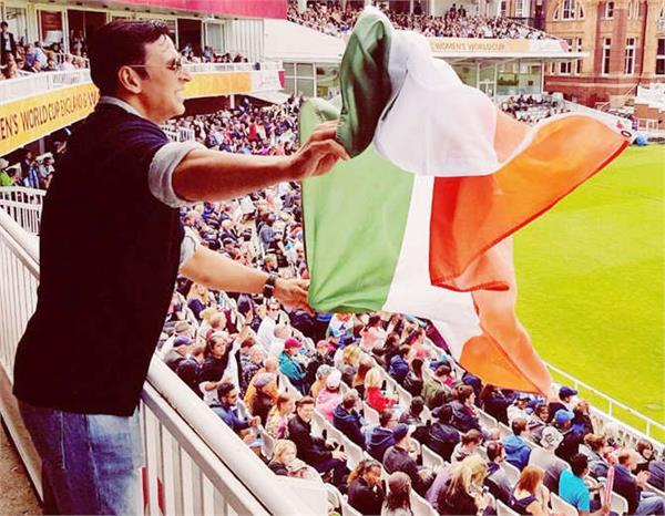akshay by mistake holds the national flag wrong