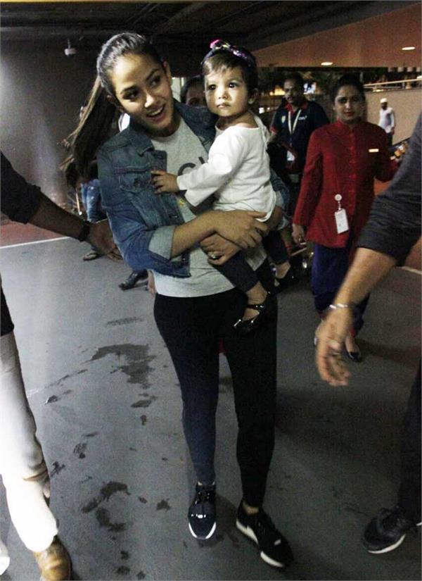 shahid kapoor with misha and mira at airport