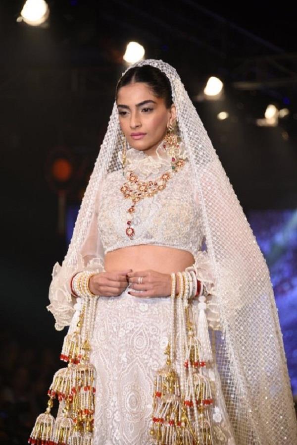 sonam kapoor dazzles in bridal wea