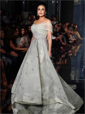 LFW: रैंप पर उतरीं अभिनेत्री प्रीति जिंटा, सिल्वर गाउन में दिख रही Gorgeous देखें तस्वीरें