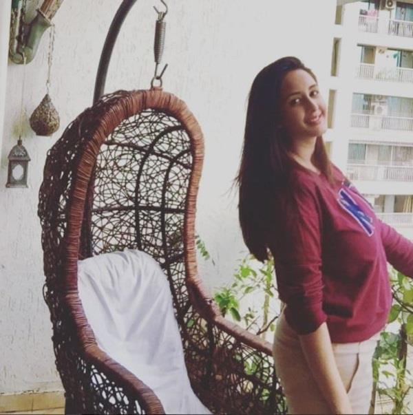 chahat khanna flaunts her baby bump