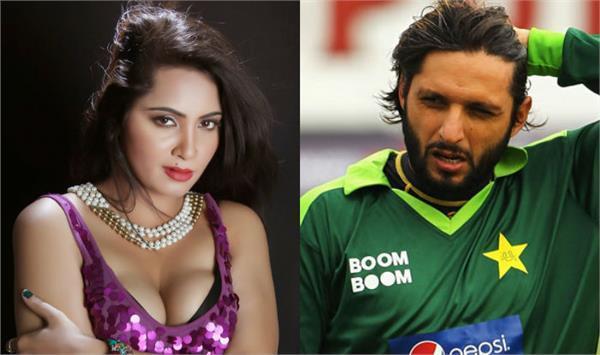 girlfriend arshi khan in bigg boss