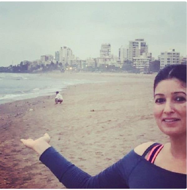 twinkle khanna post picture on twitter