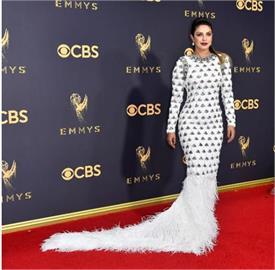 जब Emmy Awards में HOT प्रियंका का लिया गलत नाम, फैंस ने लगाई होस्ट की क्लास