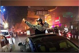 VIRAL VIDEO: यूं सड़क पर चील करते नजर आए यो यो हनी सिंह, स्ट्रीट सिंगर को किया चियर