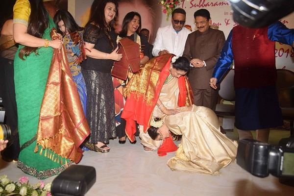 rekha touches asha taai feet at yash chopra memorial award 2018