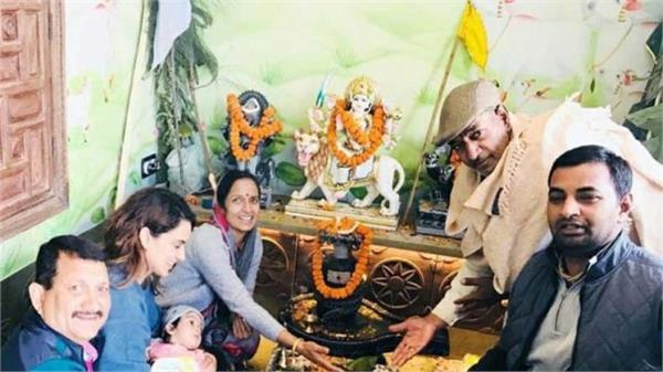 kangana ranauts performs puja with family in her manali house