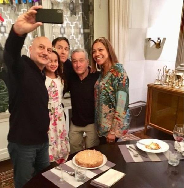 anupam kher robert de niro and his family dinner in indian restaurant
