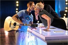सरेआम 19 साल के लड़के को KISS देकर विवादों में फंसी केटी पेरी, जानें क्या है पूरा मामला