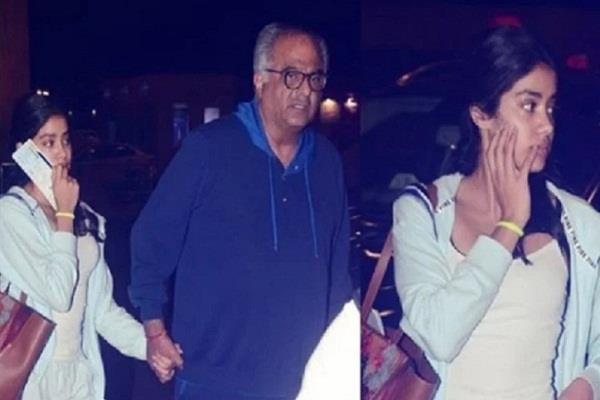 janhvi kapoor spotted with father boney kapoor at airport