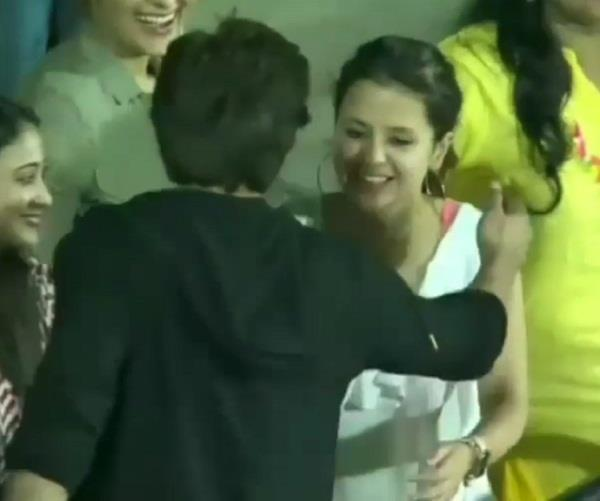 shahrukh hugged sakshi dhoni after match