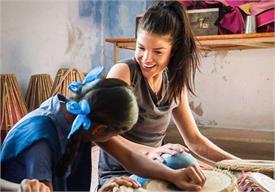 हॉलीवुड की इस एक्ट्रैस ने उत्तर प्रदेश के बच्चे को लिया गोद, उठाएंगी पढ़ाई का खर्च
