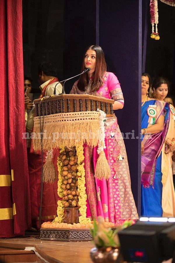 aishwarya rai bachchan looks drop dead gorgeous in a pink saree