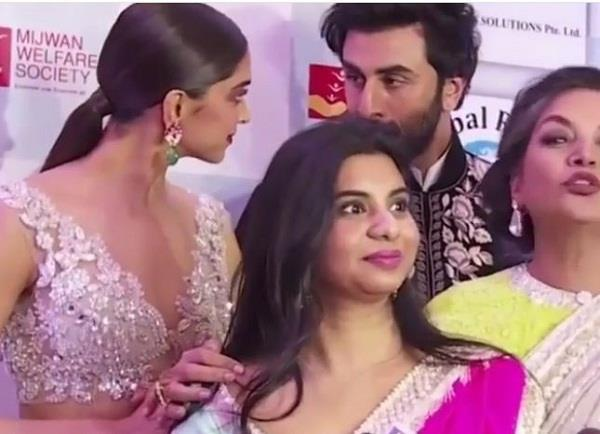 ranbir and deepika caught candid conversation mijwan fashion show
