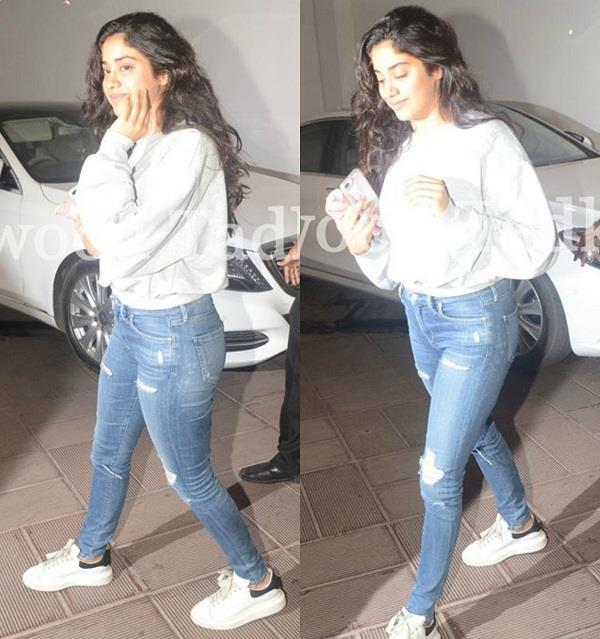 janhvi kapoor spotted at designer manish malhotra house