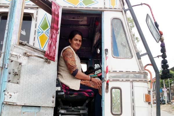 this first lady truck driver of himachal is not less than men