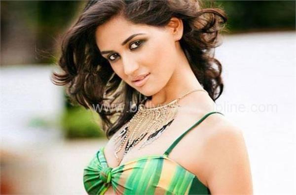 actress nikita dutta statement about delhi and noida mumbai is more safe