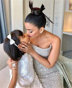 कांस रेड कार्पेट पर उतरने से पहले ऐश्वर्या ने बेटी आराध्या को दी किस, वायरल हो रही है तस्वीर