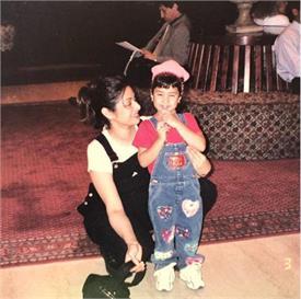 मॉम श्रीदेवी के साथ जाह्नवी ने मदर्स डे के खास मौके पर शेयर की बचपन की तस्वीर
