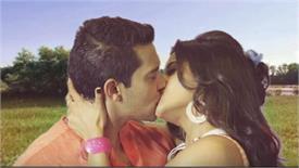 भोजपुरी स्टार मोनालिसा के साथ आदित्य नारायण का Kiss हो रहा है वायरल, देखें Video
