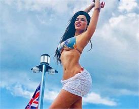 हाॅट बिकिनी पहन समुद्र किनारे CHILL करती नजर आई गिजेल ठकराल, देखें बोल्ड तस्वीरें