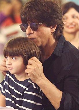 फादर्स डे पर नन्हें अबराम ने कुछ यूं किया पापा शाहरुख को विश, फैंस के साथ शेयर की तस्वीर