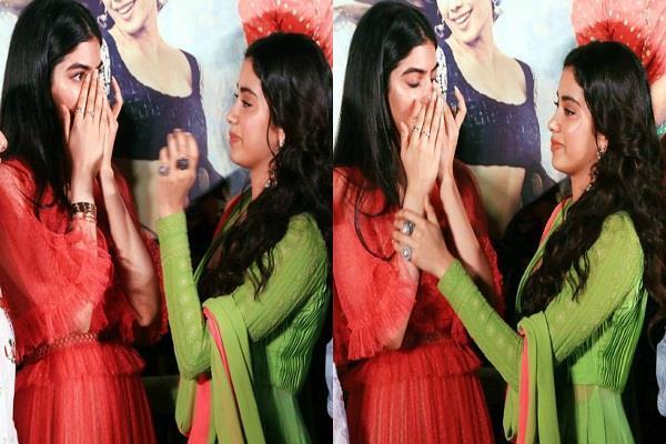 khushi kapoor crying on dhadak trailer launch miss sridevi